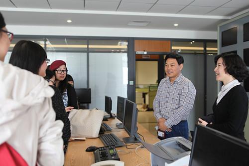 武汉大学编辑出版专业师生来集团公司物流中心参观