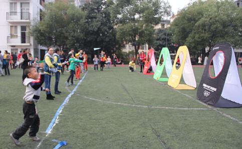 举行了纸折飞机奥运五环靶标赛